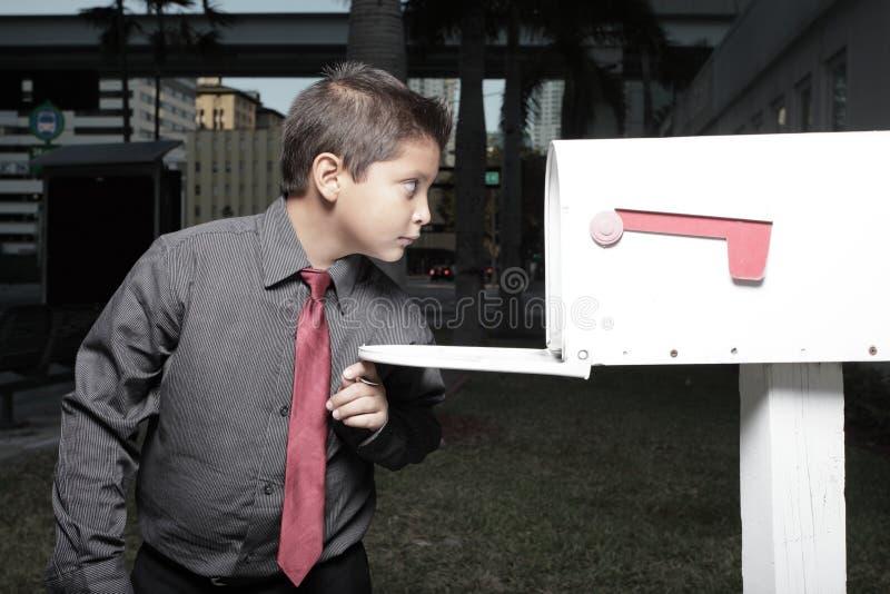 Homem de negócios novo que olha em uma caixa postal fotos de stock