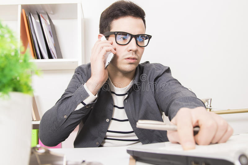 Homem de negócios novo que olha preocupado fotos de stock royalty free