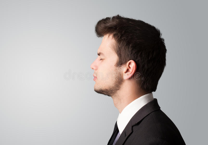 Homem de negócios novo que pensa com copyspace foto de stock