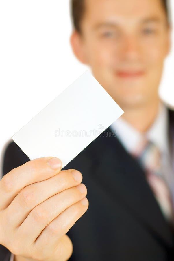 Homem de negócios novo que prende o cartão em branco fotos de stock royalty free
