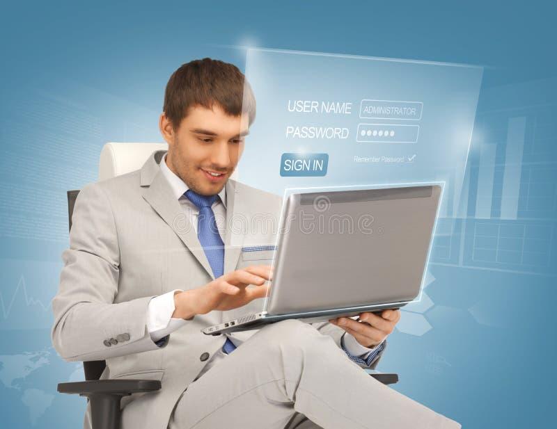 Homem de negócios novo que senta-se na cadeira com portátil imagem de stock royalty free