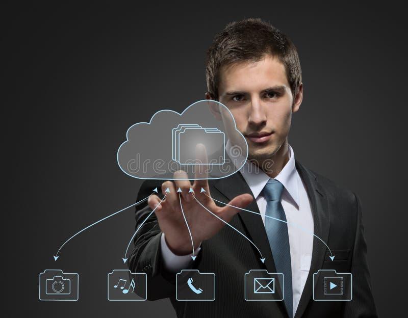 Homem de negócios novo que trabalha com tecnologia virtual imagem de stock