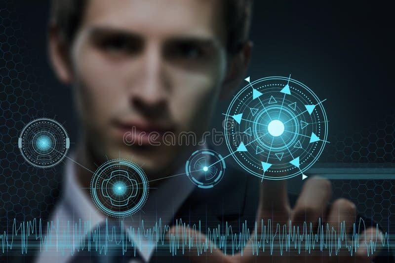 Homem de negócios novo que trabalha com tecnologia virtual moderna fotos de stock royalty free