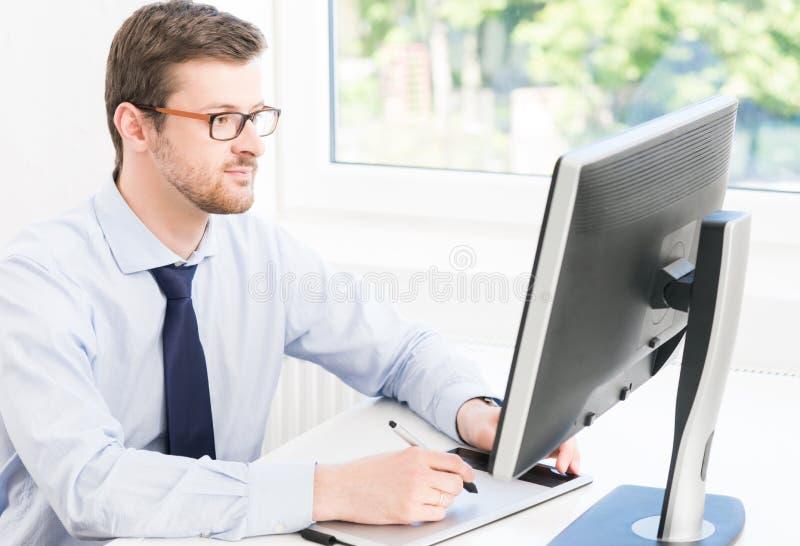 Homem de negócios novo que trabalha em um escritório moderno imagem de stock royalty free