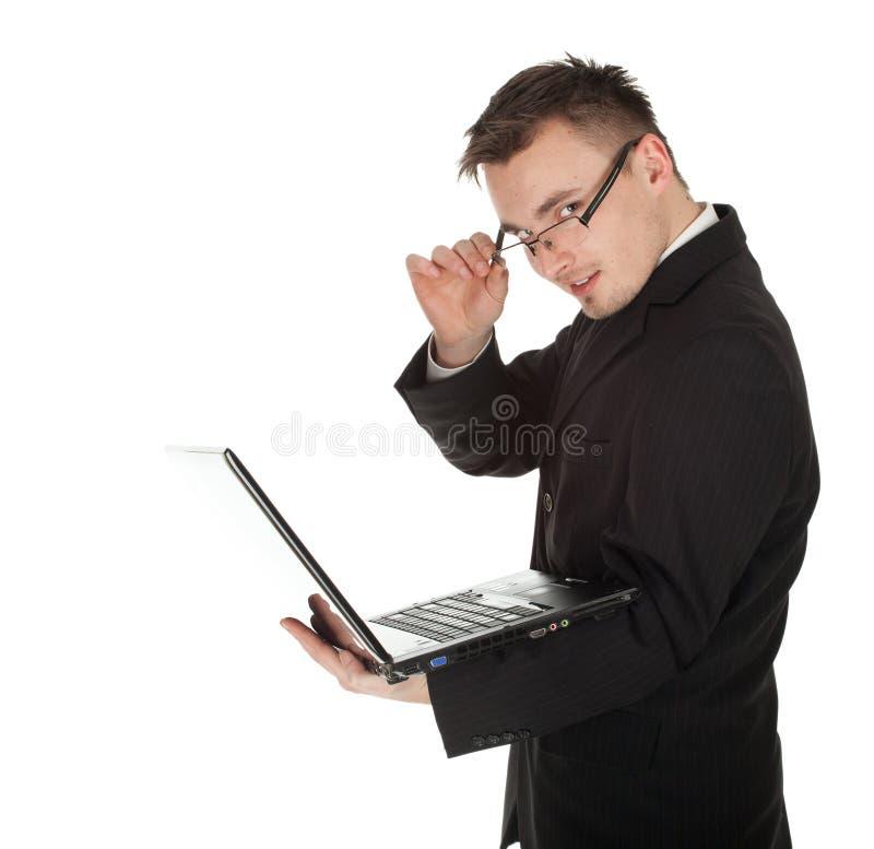Homem de negócios novo que trabalha no portátil imagem de stock