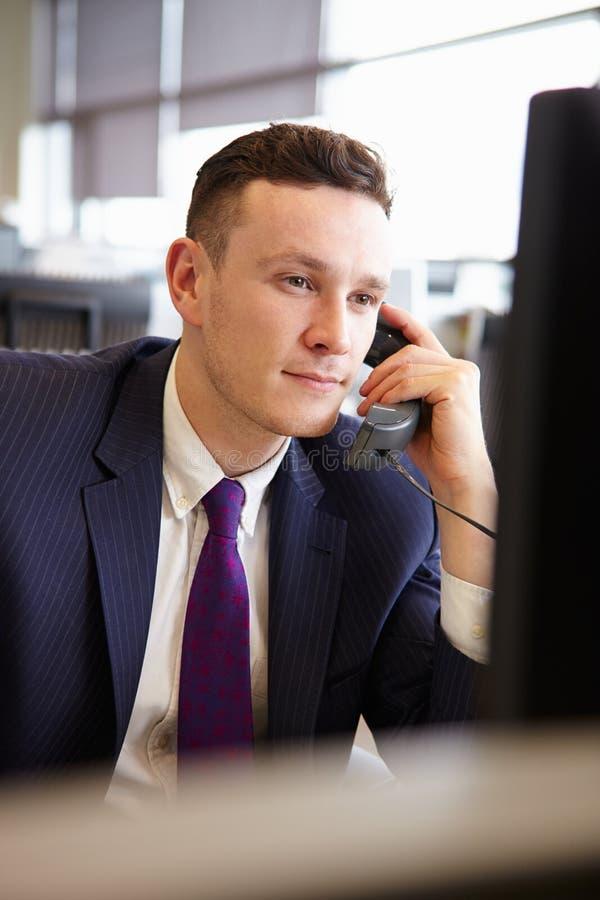 Homem de negócios novo que usa o telefone, retrato vertical fotos de stock