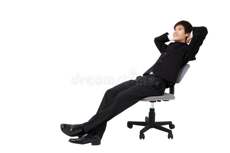 Homem de negócios novo Relaxed que senta-se na cadeira imagens de stock