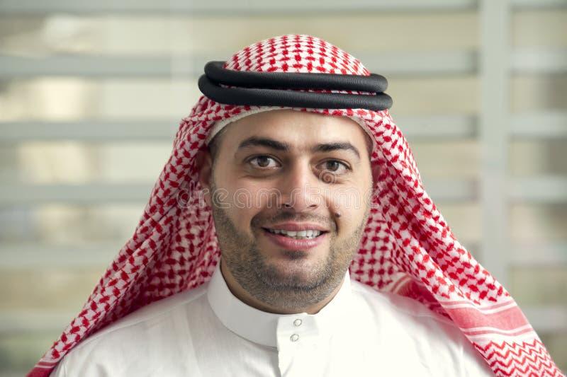 Homem de negócios novo saudita que está no escritório fotografia de stock royalty free