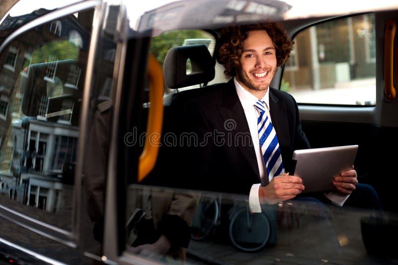 Homem de negócios novo seguro esperto imagem de stock
