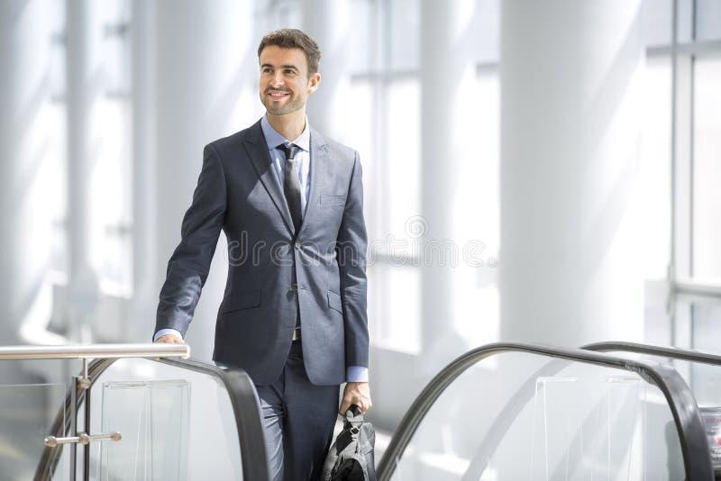 Homem de negócios novo seguro no escritório fotos de stock royalty free