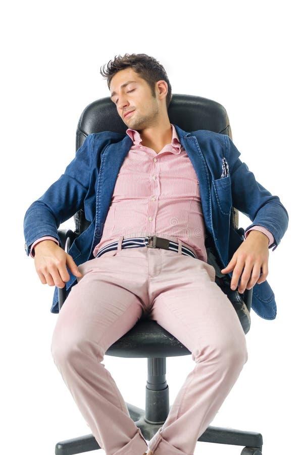 Homem de negócios novo sobrecarregado, cansado que dorme sobre imagem de stock