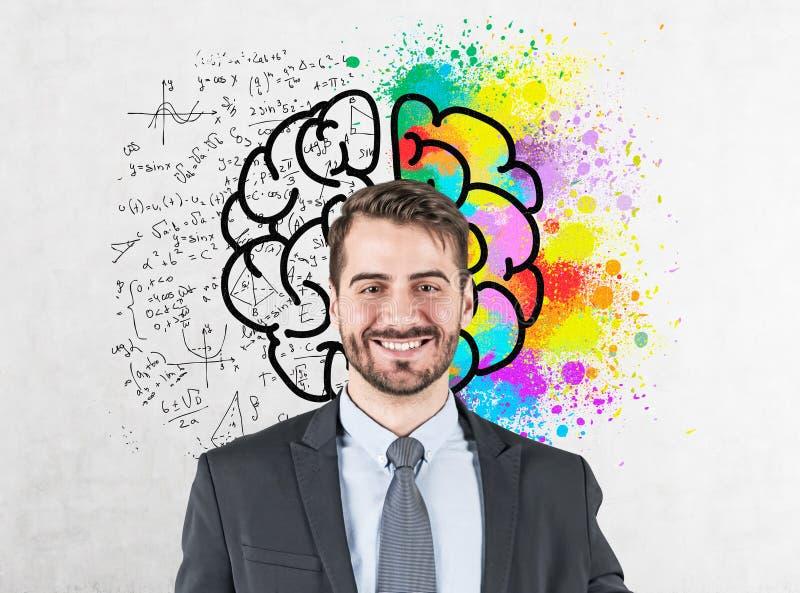 Homem de negócios novo de sorriso, esboço do cérebro imagem de stock