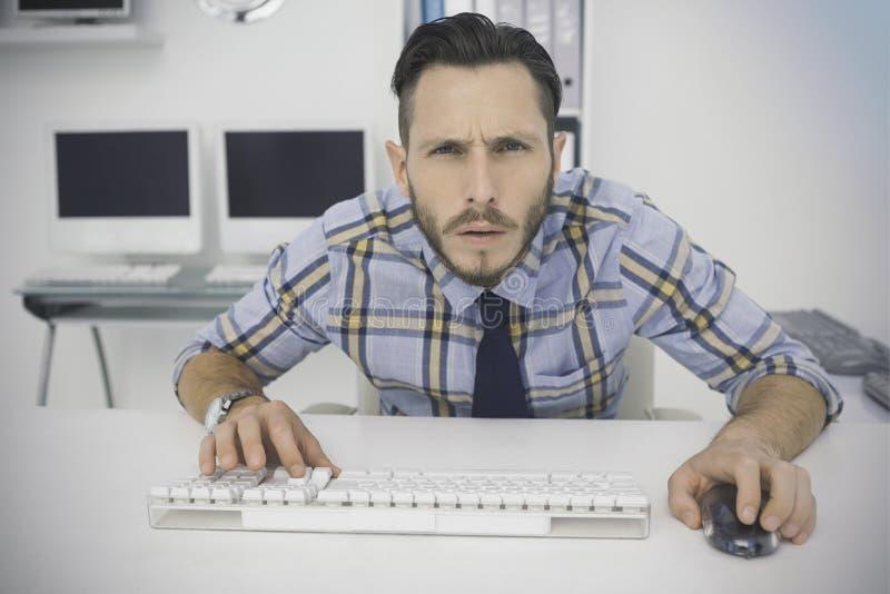 Homem de negócios ocasional focalizado que trabalha em sua mesa ilustração do vetor