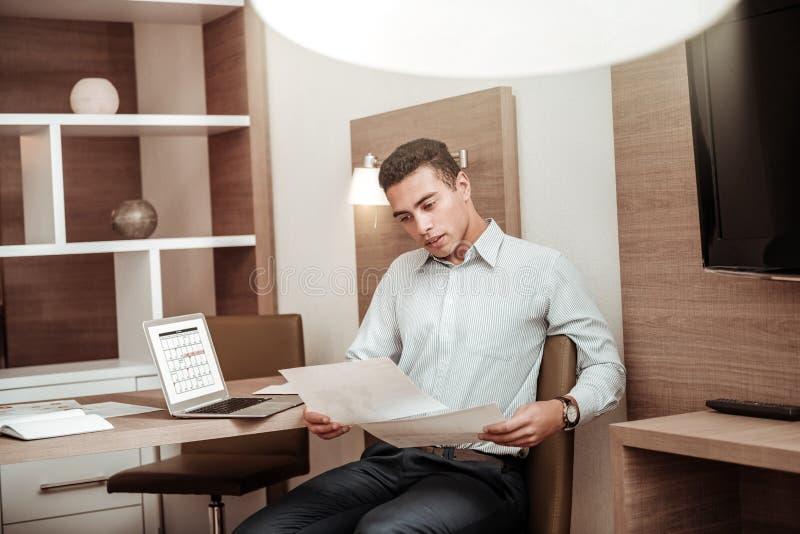 Homem de negócios ocupado que trabalha na programação para seus empregados fotos de stock royalty free