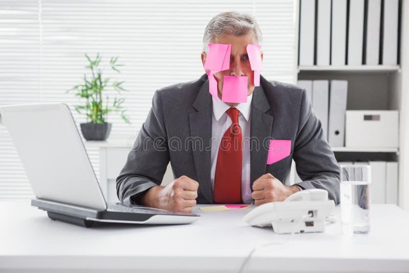 Homem de negócios oprimido com notas pegajosas na cabeça foto de stock royalty free