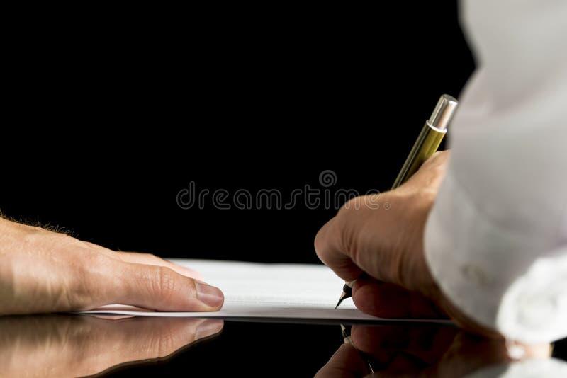 Homem de negócios ou advogado que assinam um original, um contrato ou um legal foto de stock