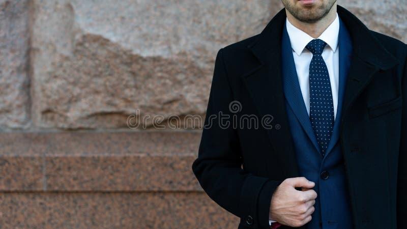 Homem de negócios ou posição urbana da forma do CEO perto da parede Negócio e sucesso Homem em formal na rua perto do escritório imagem de stock