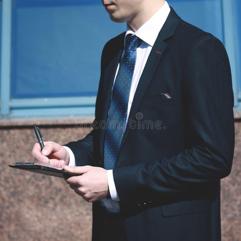 Homem de negócios pensativo que está na entrada de um escritório espaçoso fotografia de stock royalty free