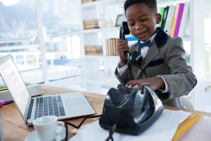 Homem de negócios pensativo que faz a cara ao discar o telefone imagens de stock royalty free