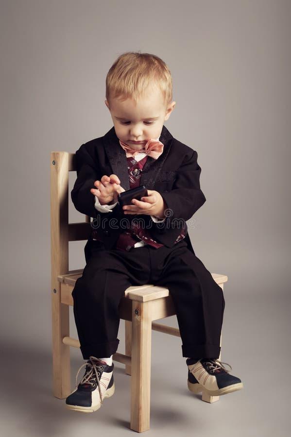 Homem de negócios pequeno com telefone celular foto de stock royalty free