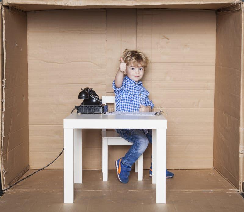 Homem de negócios pequeno feliz com seu trabalho no escritório fotografia de stock