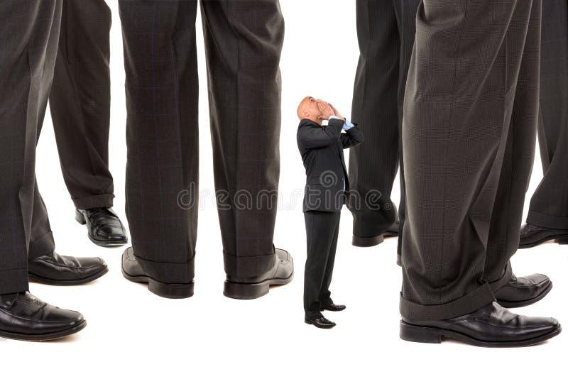 Homem de negócios pequeno que grita para a ajuda fotos de stock royalty free
