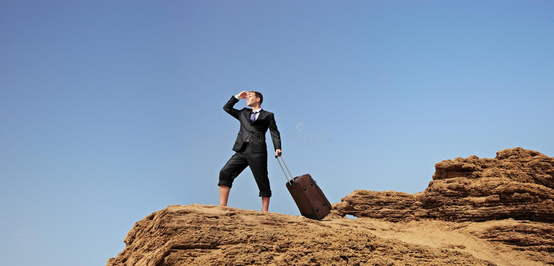 Homem de negócios perdido com uma mala de viagem fotografia de stock royalty free