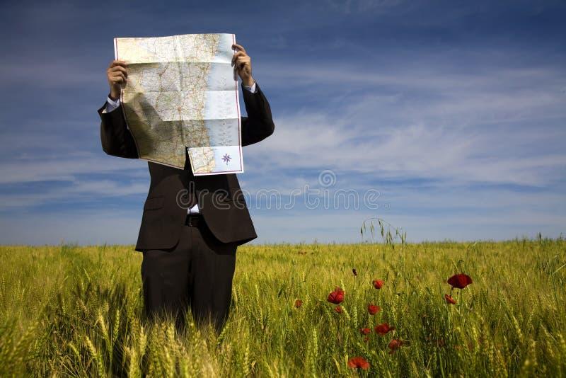 Homem de negócios perdido no campo imagens de stock royalty free
