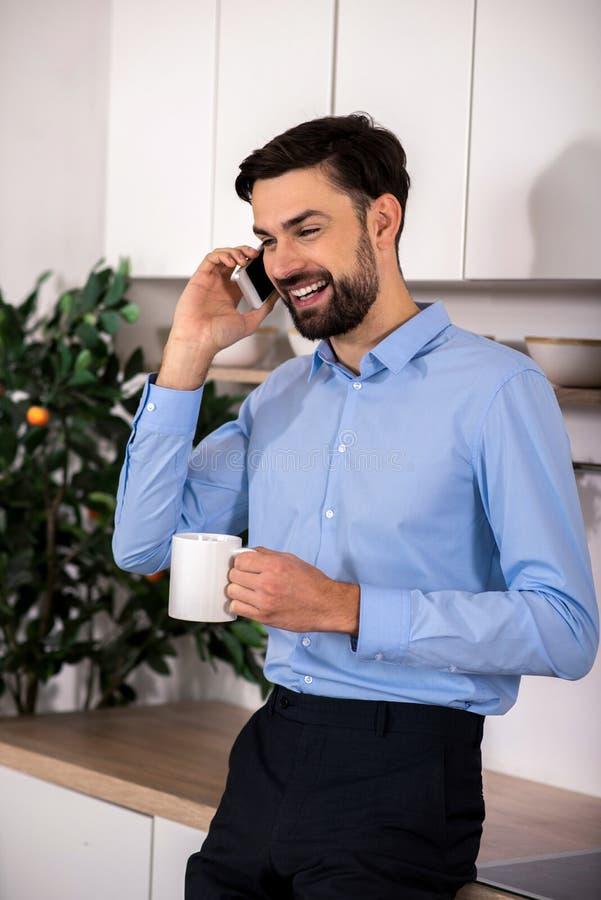 Homem de negócios positivo que fala no telefone esperto imagens de stock