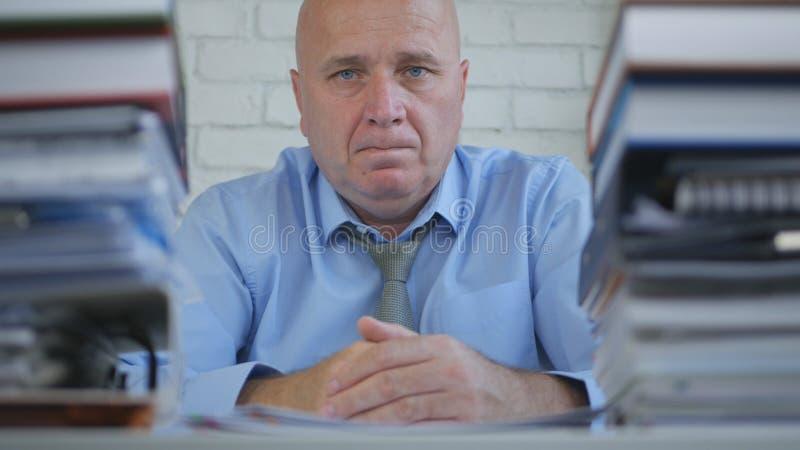 Homem de negócios preocupado no arquivo explicando que olha incomodado e decepcionado fotos de stock royalty free