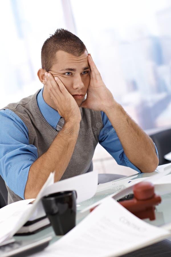 Homem de negócios preocupado no escritório fotos de stock royalty free