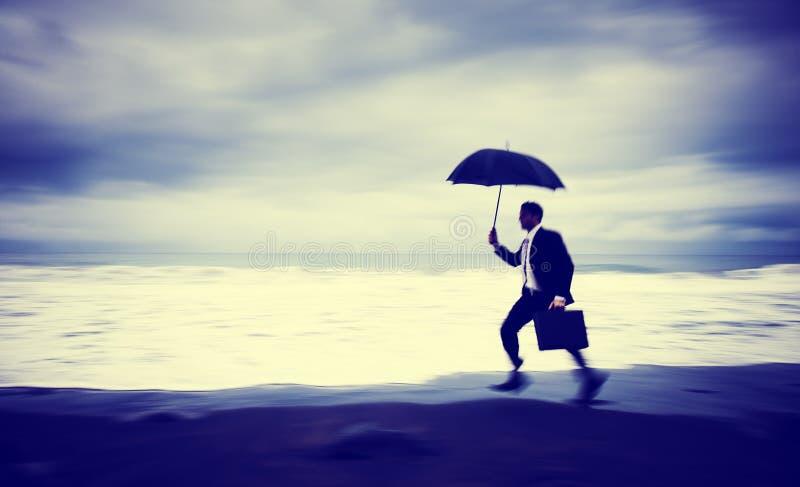Homem de negócios preocupado Running Beach Concept imagens de stock
