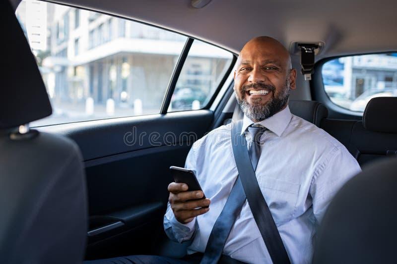 Homem de negócios preto bem sucedido no carro foto de stock royalty free