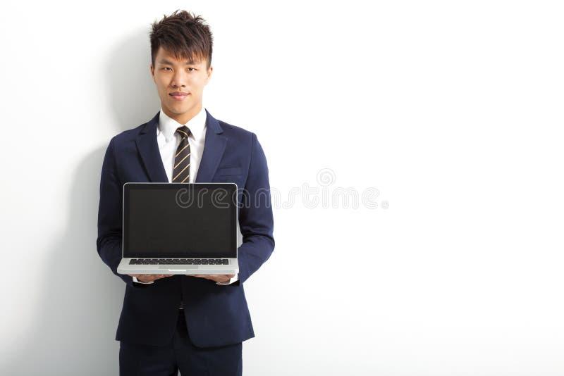 Homem de negócios profissional que usa um portátil para fazer imagem de stock royalty free