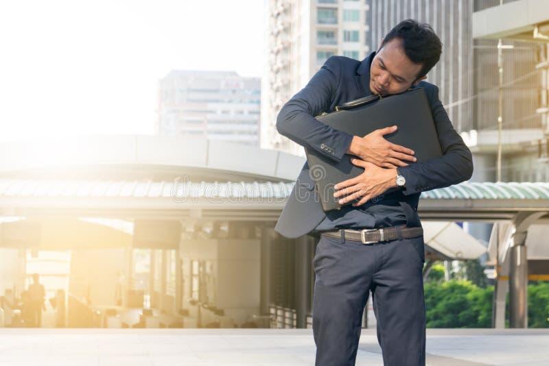 Homem de negócios que abraça uma pasta, homem de negócios poderoso imagens de stock royalty free