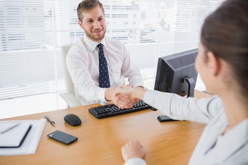 Homem de negócios que agita as mãos com um colega foto de stock royalty free