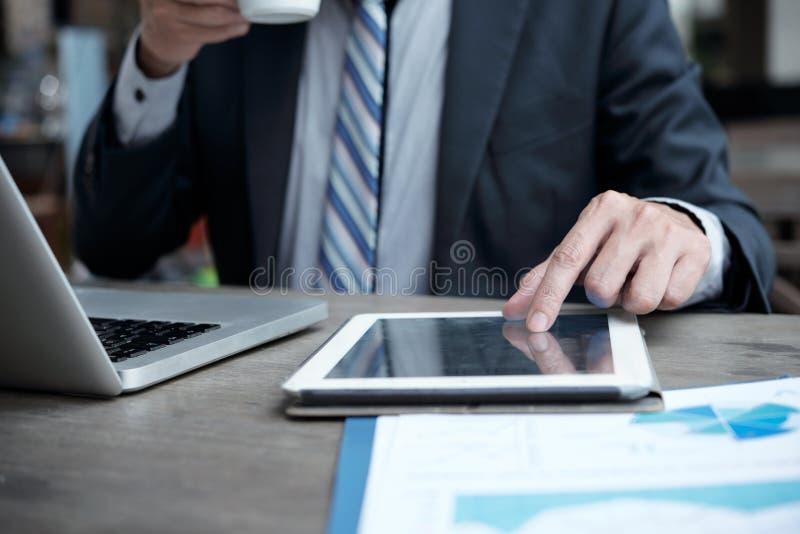 Homem de negócios que analisa dados no tablet pc fotos de stock royalty free