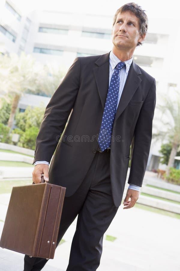 Homem de negócios que anda ao ar livre imagens de stock royalty free