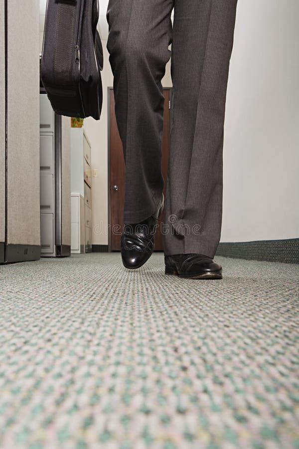 Homem de negócios que anda ao longo do corredor fotos de stock royalty free