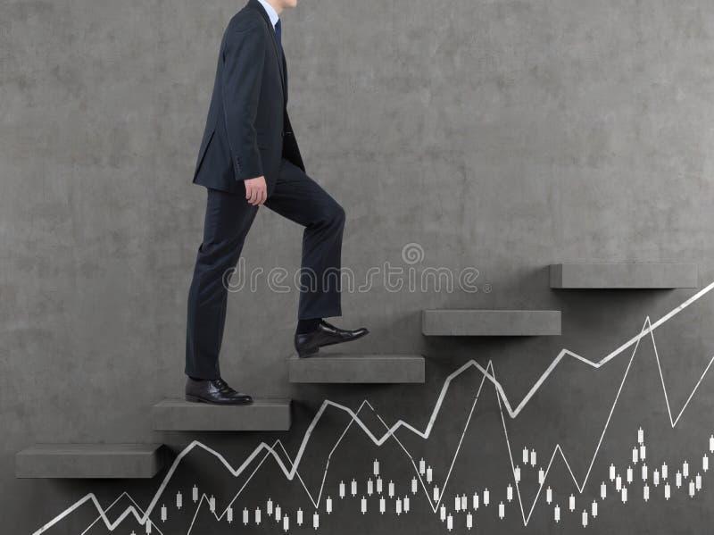 Homem de negócios que anda na escadaria imagem de stock
