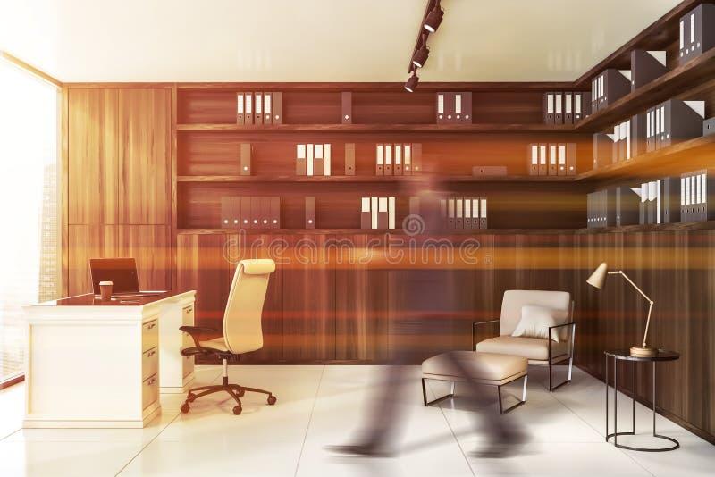Homem de negócios que anda no escritório de madeira do CEO fotos de stock