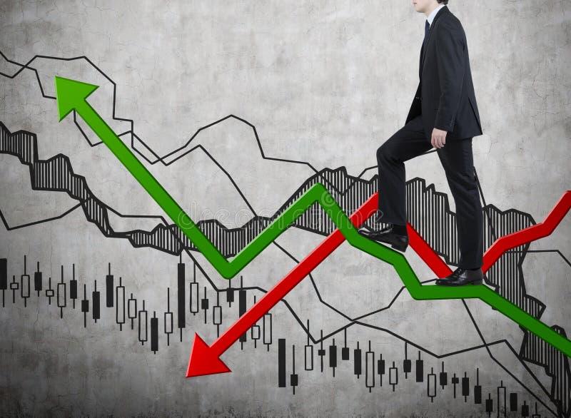 Homem de negócios que anda no gráfico da cor fotos de stock royalty free