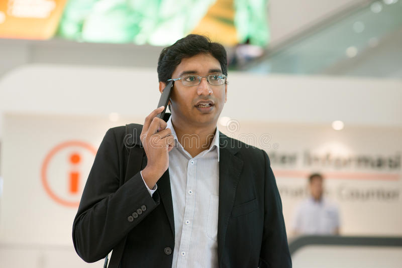 Homem de negócios que anda pelo contador da informação fotografia de stock royalty free