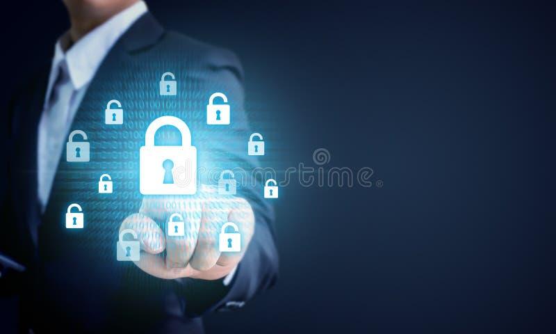 Homem de negócios que aponta a chave de fechamento do virtul, negócio c da proteção de dados fotografia de stock royalty free