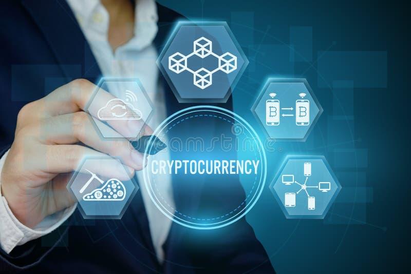 Homem de negócios que aponta o ícone do conce do cryptocurrency e do blockchain foto de stock