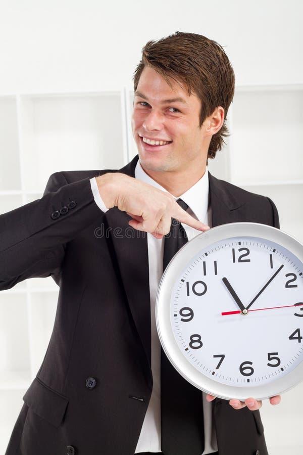 Homem de negócios que aponta o tempo imagens de stock