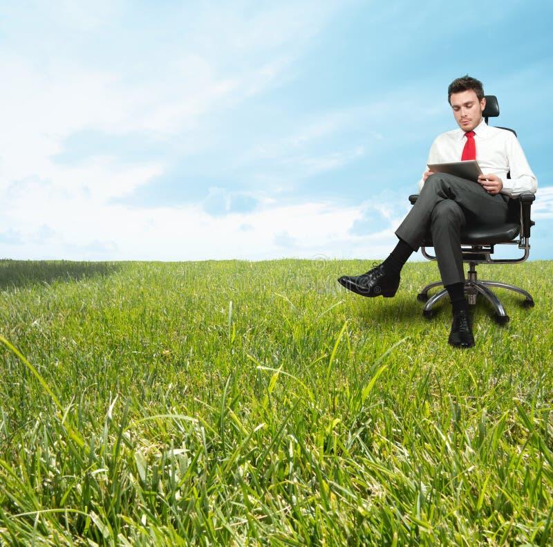 Homem de negócios que aprecia um dia de relaxamento fotos de stock royalty free