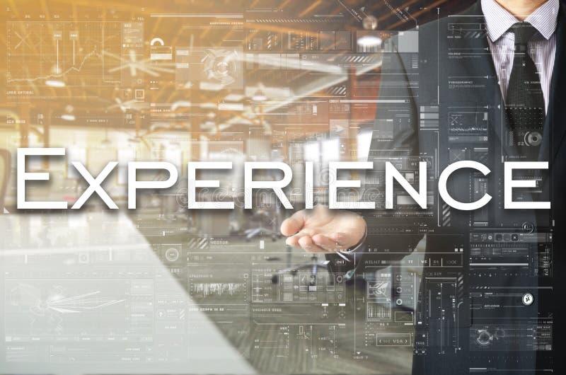 Homem de negócios que apresenta a experiência do texto na tela virtual É fotografia de stock royalty free
