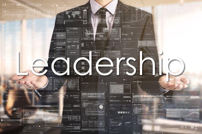 Homem de negócios que apresenta a liderança do texto na tela virtual É fotos de stock