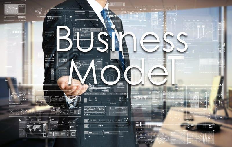 Homem de negócios que apresenta o modelo comercial do texto na tela virtual Ele fotos de stock royalty free